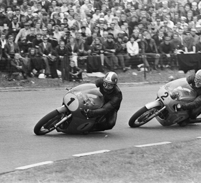 500cc_race._Mike_Hailwood_(nr._2)_in_duel_met_Giacomo_Agostini_(nr._1),_Bestanddeelnr_920-4317