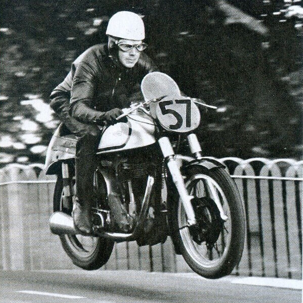 al-tt-del-1950-sul-ponte-ballaugh-bridge-con-la-norton-500-telaio-featherbed